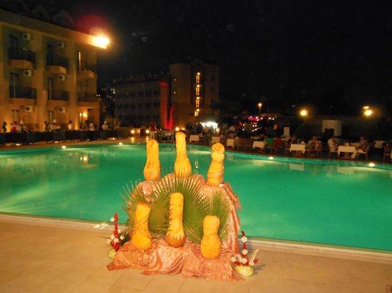 Victory Resort Hotel: Kunstwerkje van de kok.