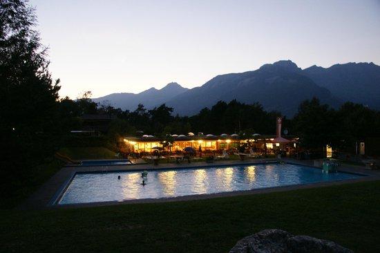 Bella Tola Camping: Restaurant by night