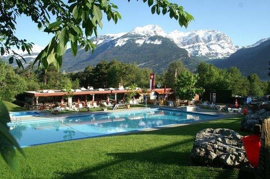 Bella Tola Camping: Pool mit Gemmi im Hintergrund