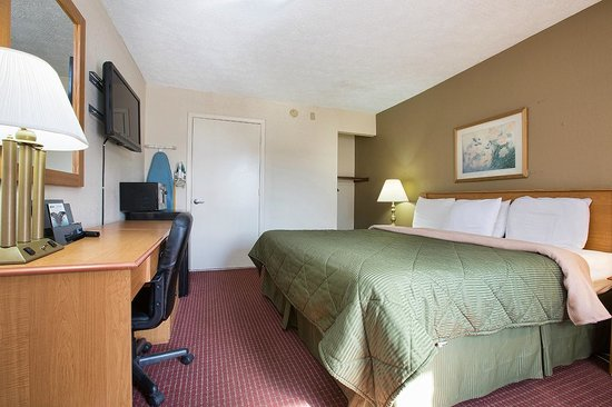 Days Inn Cookeville : King Accessible Room