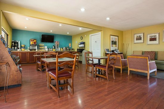 Days Inn Cookeville : Breakfast Seating Area