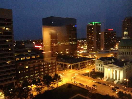 Hyatt Regency St. Louis at The Arch: A wonderful night view from our room of the city.