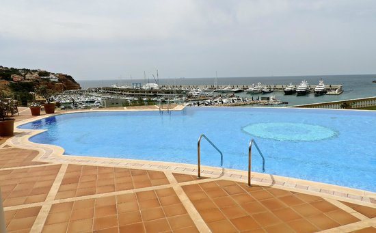 Hotel Pure Salt Port Adriano: The pool with the Marina behind