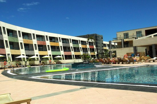 Geranios Suites & Spa Hotel : to the left of the Pool Bar