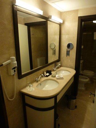 Epoque Hotel: Bath room