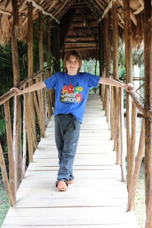 Maniti Expeditions Eco-Lodge & Tours Iquitos: Tomi en los pasillos del hotel
