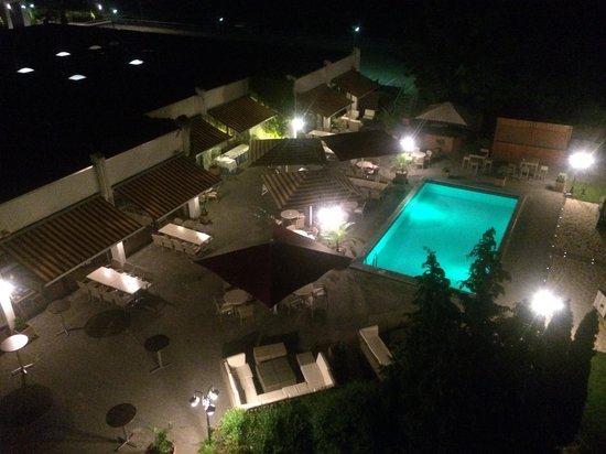 Mercure Hotel Frankfurt Eschborn Ost: Night view of hotel pool