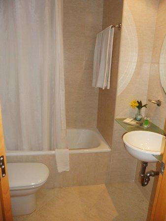 Hotel Sercotel Zurbaran: Lovely clean bathroom