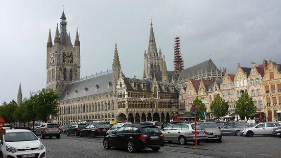 Musée de la guerre «In Flanders Field» : Grote Markt, Ieper