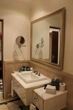 The Imperial Hotel: Bathroom