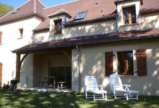 Domaine De Brantome Holiday Rentals : Exterior shot of the garden at 'Margeurite' villa at Domaine de Brantome