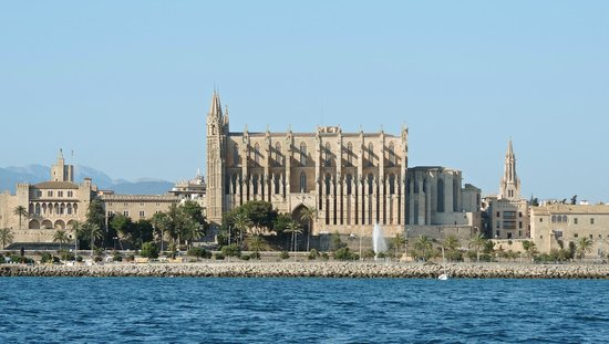 Palma Cathedral Le Seu: The Cathedral approaching from the Sea