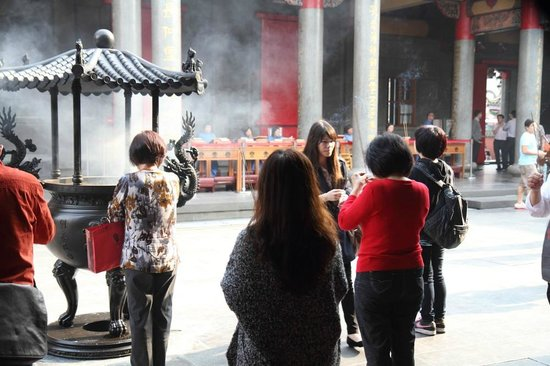 Hsing Tian Kong: 若い人々もお祈りを捧げます