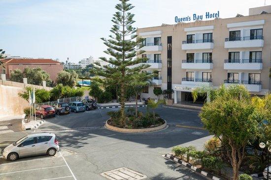 Queen's Bay Hotel: Парадный вход в отель