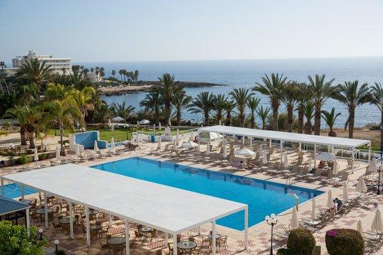 Queen's Bay Hotel: Вид на бассейн