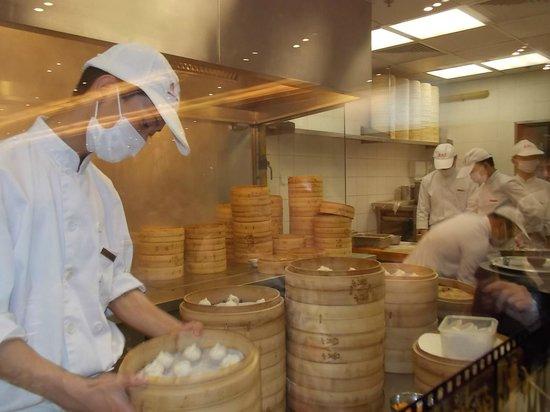 Din Tai Fung (Shanghai New World) : Vista da cozinha 2