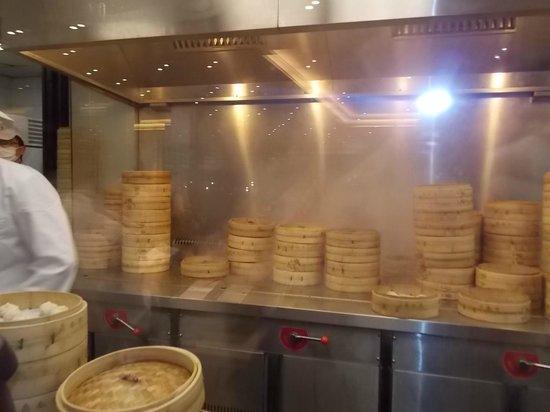 Din Tai Fung (Shanghai New World) : Vista da cozinha 1