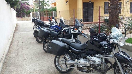 Bed & Breakfast Le Dune: Parcheggio moto