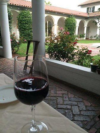 Jekyll Island Club Resort: Dining alfresco at Courtyard at Crane