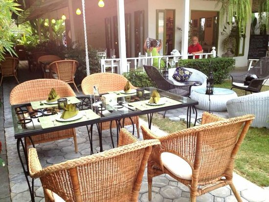 Suay Restaurant: out door seating
