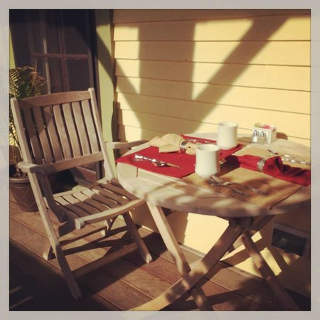 Cliffside Inn: Breakfast on The Deck in the sunshine
