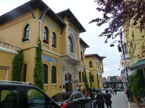 Four Seasons Hotel Istanbul at Sultanahmet: Hotel From Street