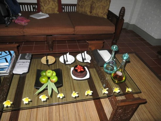 The Chedi Club Tanah Gajah, Ubud, Bali – a GHM hotel: welcome honeymoon cake, vodka and whiskey