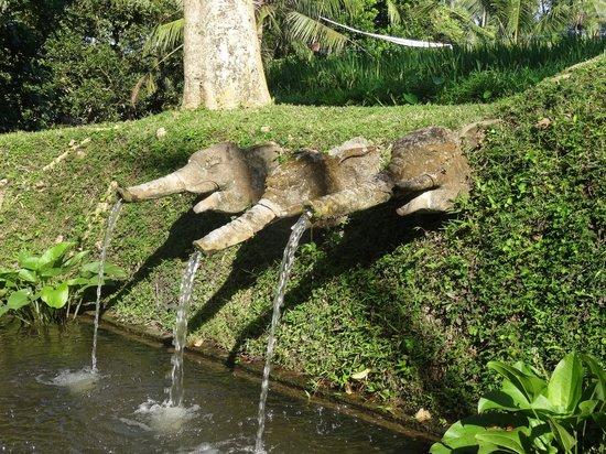 The Chedi Club Tanah Gajah, Ubud, Bali – a GHM hotel : hotel grounds fountain