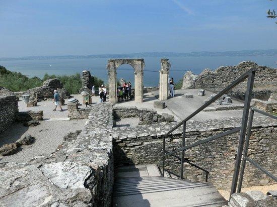 Grotte di Catullo : les ruines dominent le lac