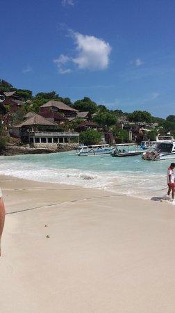 Batu Karang Lembongan Resort & Day Spa: beach landing