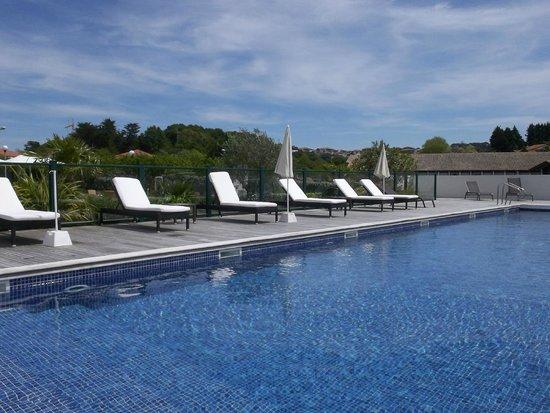 Hôtel Donibane: la piscine  vue  côté