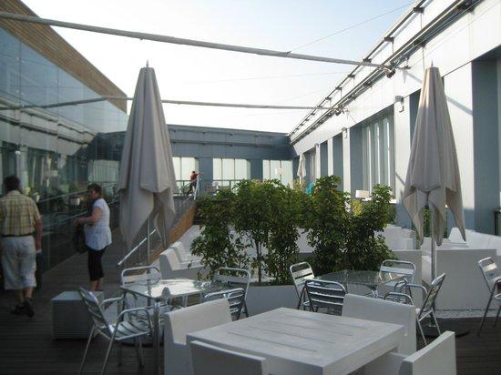 Novotel Barcelona City: Pool und Bar auf der Dachterrasse