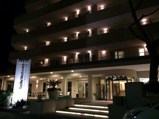 Bellettini Hotel: Entrata di sera...
