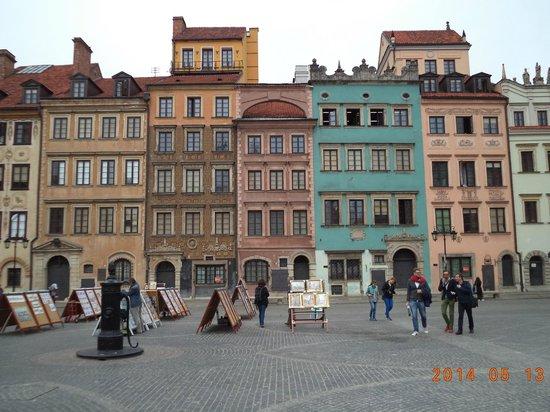 Place du marché de la vieille ville (Rynek Starego Miasta) : Colorful rebuilt buildings