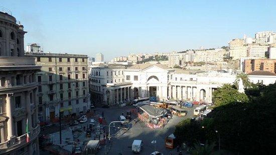Hotel Continental Genova: Blick aus dem Fenster Zimmer 533 (Mitte Eingang z.  Bahnhof)