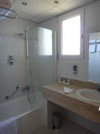 salle de bains avec fenêtre en 208 - Photo de Hotel Saint ...