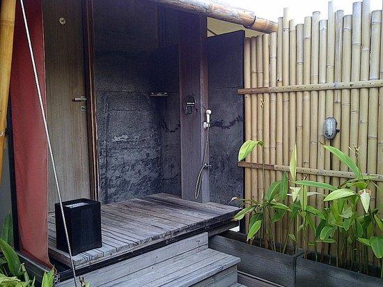 Bali Dynasty Resort Hotel : Kamar mandi semi outdoor