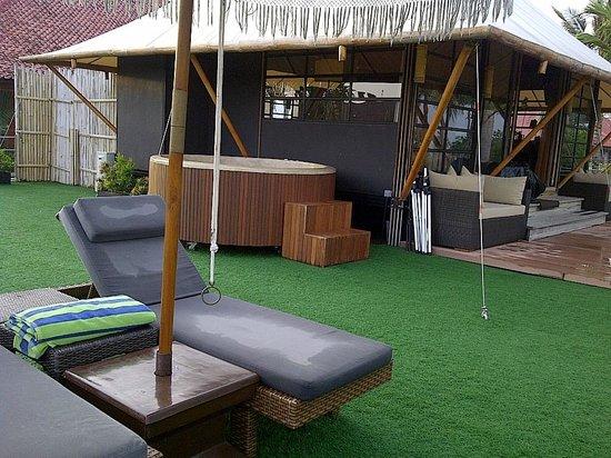 Bali Dynasty Resort Hotel : Ada Jacuzzi , kebun dan Tempat bersantai hadap laut