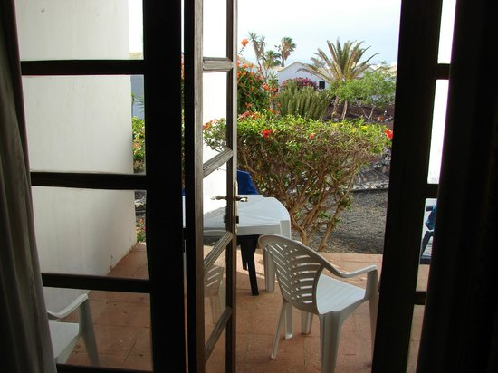 Fuerteventura Beach Club: Table outside house. You can get to the pool from there.