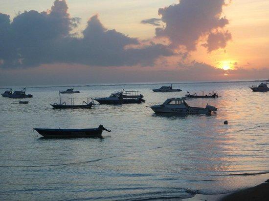 Titie's Warung: beach view from Tities Warung