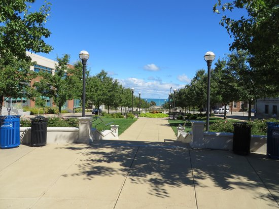 Downtown Racine: fountain park leading to Lake Michigan