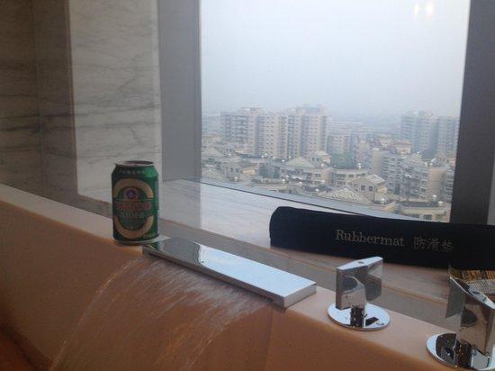Hilton Shanghai Hongqiao: View from the bath tub