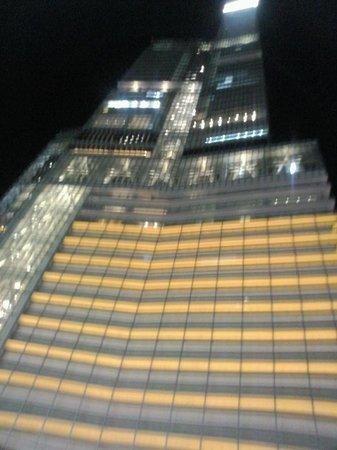 Hotel Trusty Osaka Abeno: Отель вечером