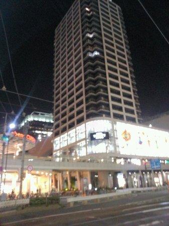 Hotel Trusty Osaka Abeno: Вид отеля через дорогу