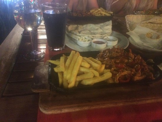 Windy Bay Restaurant: Chicken fajitas with turkish pitta bread