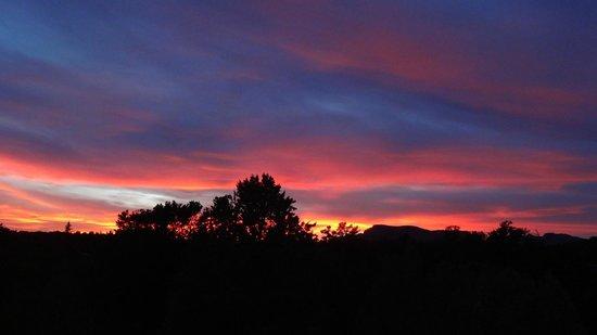 Alma de Sedona Inn Bed & Breakfast: Sunset from our room balcony at Alma de Sedona