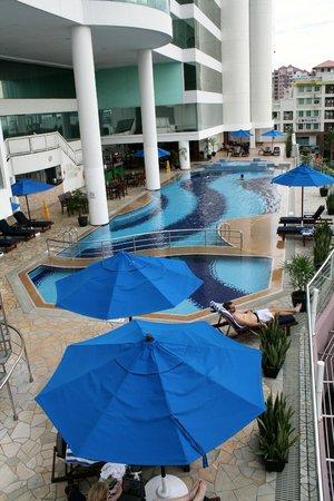 Le Meridien Kota Kinabalu : Pool area