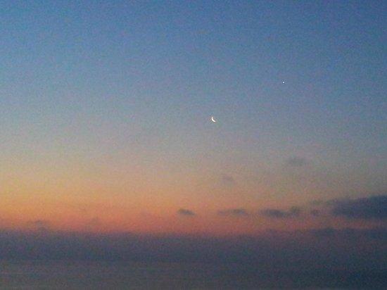 Crystal Springs Beach Hotel: Восход, вид из номера