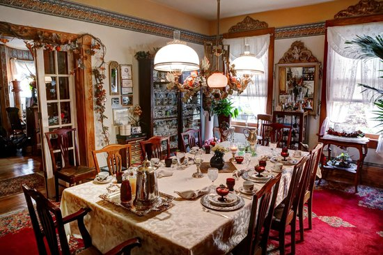 The Queen - A Victorian Bed and Breakfast: Dining Room