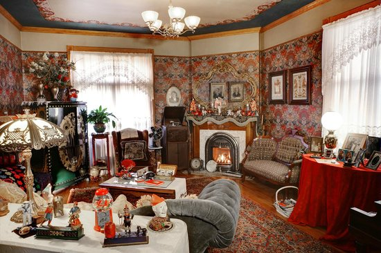 The Queen - A Victorian Bed and Breakfast: Parlor
